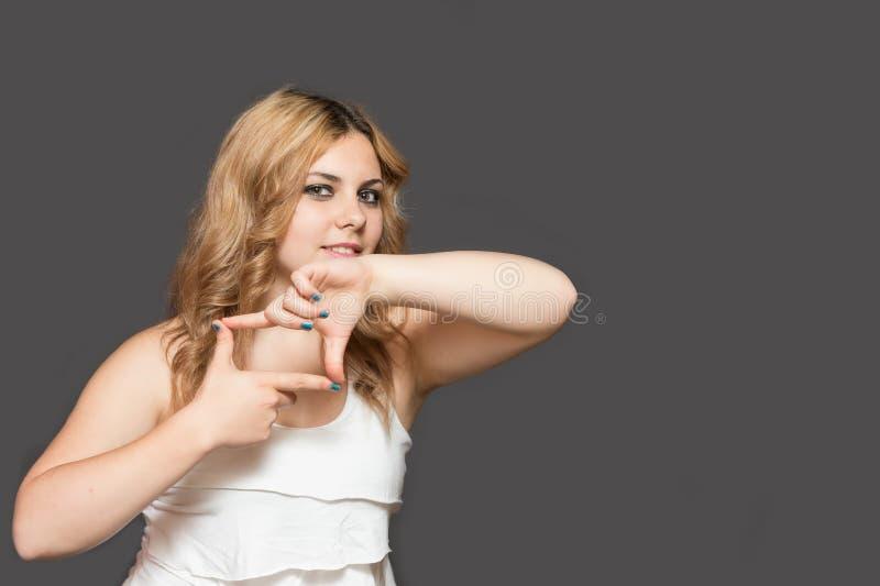 Jonge vrouw die gebaarcamera tonen stock afbeeldingen