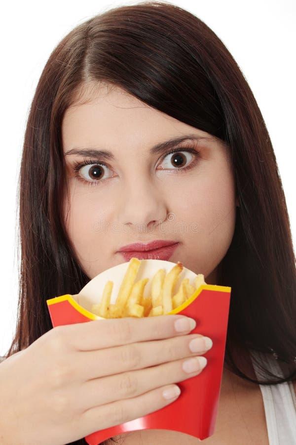 Jonge vrouw die gebraden gerechten eet royalty-vrije stock foto's