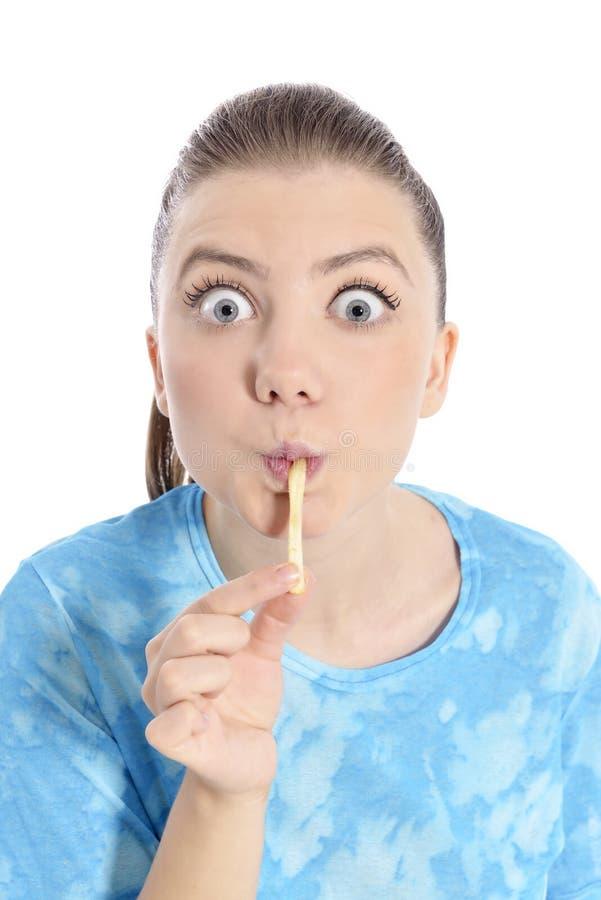 Jonge vrouw die gebraden gerechten eten stock foto's