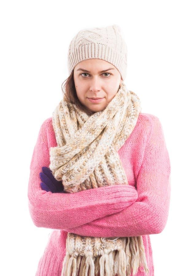 Jonge vrouw die gebreide warme kleren met gekruiste wapens dragen stock foto's
