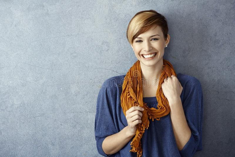 Jonge vrouw die gelukkig glimlachen royalty-vrije stock foto