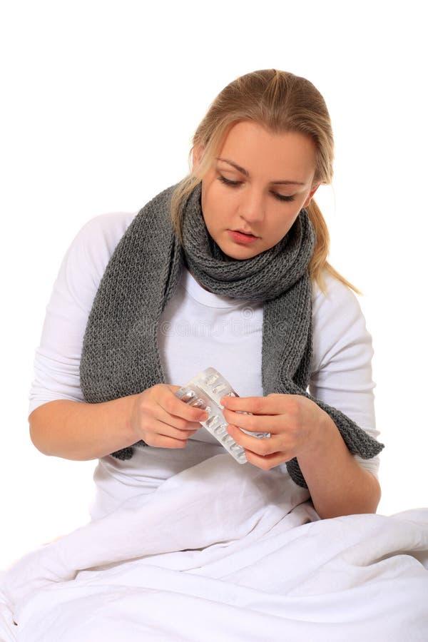 Jonge vrouw die geneesmiddelen neemt stock afbeeldingen