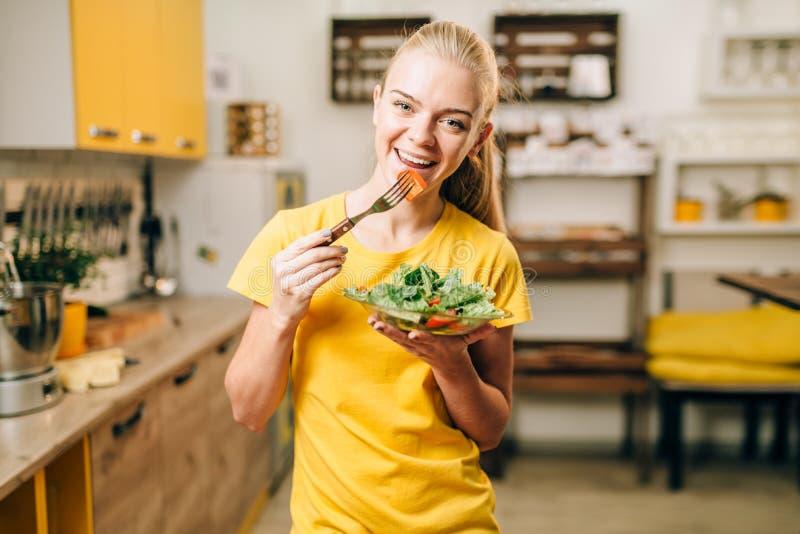 Jonge vrouw die gezond ecovoedsel eten stock foto's