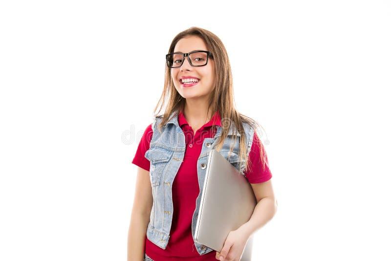Jonge vrouw die in glazen laptop houden stock foto's