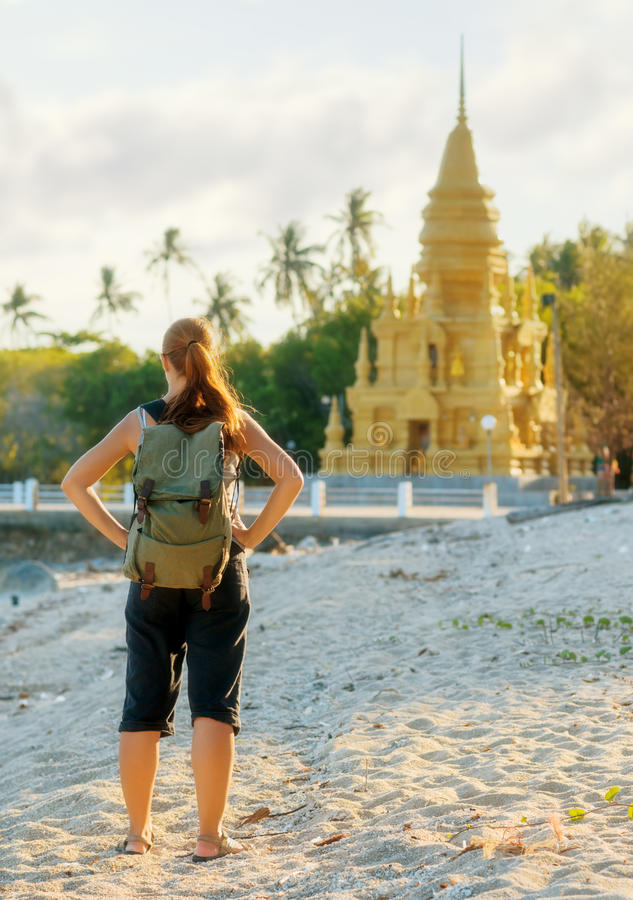 Jonge vrouw die gouden pagode bekijken. Wandeling in Azië stock foto
