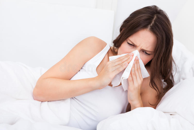 Jonge vrouw die griep heeft royalty-vrije stock afbeelding