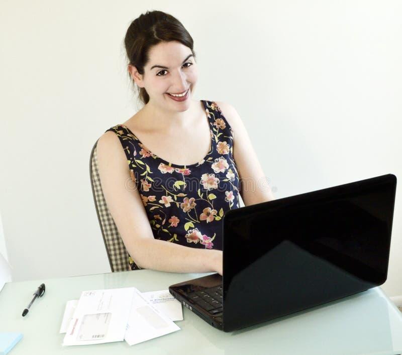 Jonge Vrouw die haar doen Online Rekeningen royalty-vrije stock afbeelding