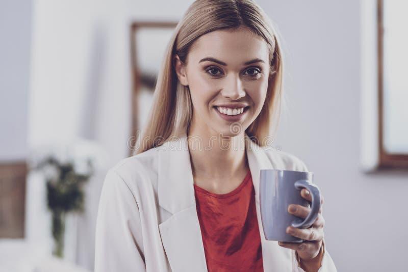 Jonge vrouw die haar lunchtijd hebben royalty-vrije stock afbeelding