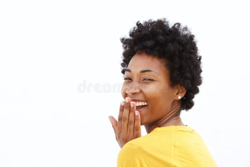 Jonge vrouw die haar mond en het lachen behandelen stock afbeeldingen