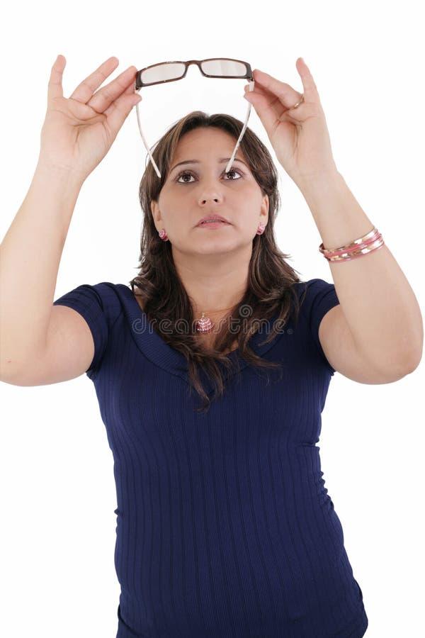 Jonge vrouw die haar oogglazen controleren stock foto's