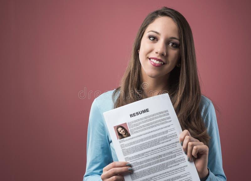 Jonge vrouw die haar samenvatting houden stock foto's