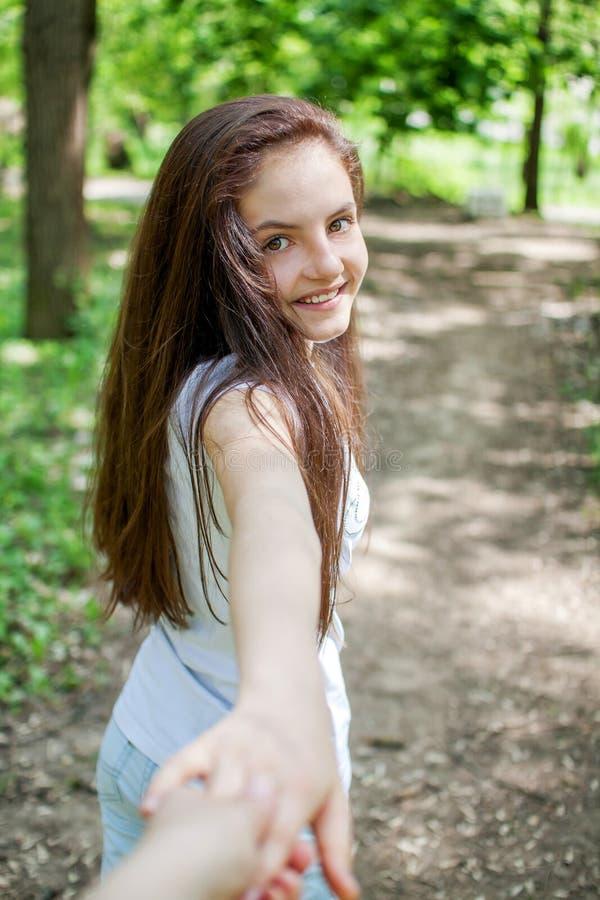 Jonge vrouw die haar vriend op de bosstijging leiden royalty-vrije stock afbeelding