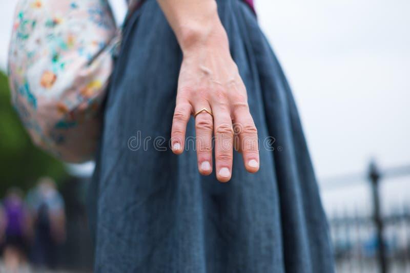 Jonge vrouw die hand uitbreiden royalty-vrije stock foto
