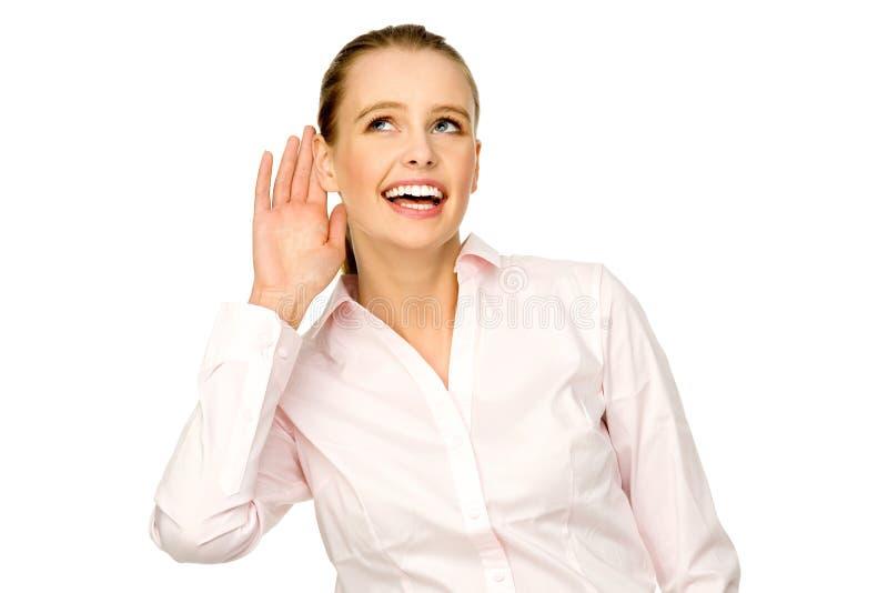 Jonge vrouw die hand zet aan oor royalty-vrije stock fotografie