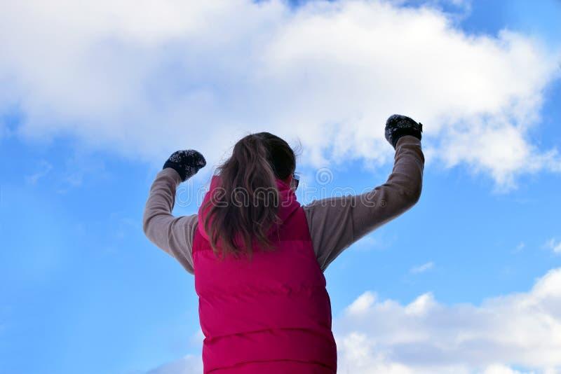Jonge vrouw die handen opheffen royalty-vrije stock afbeeldingen