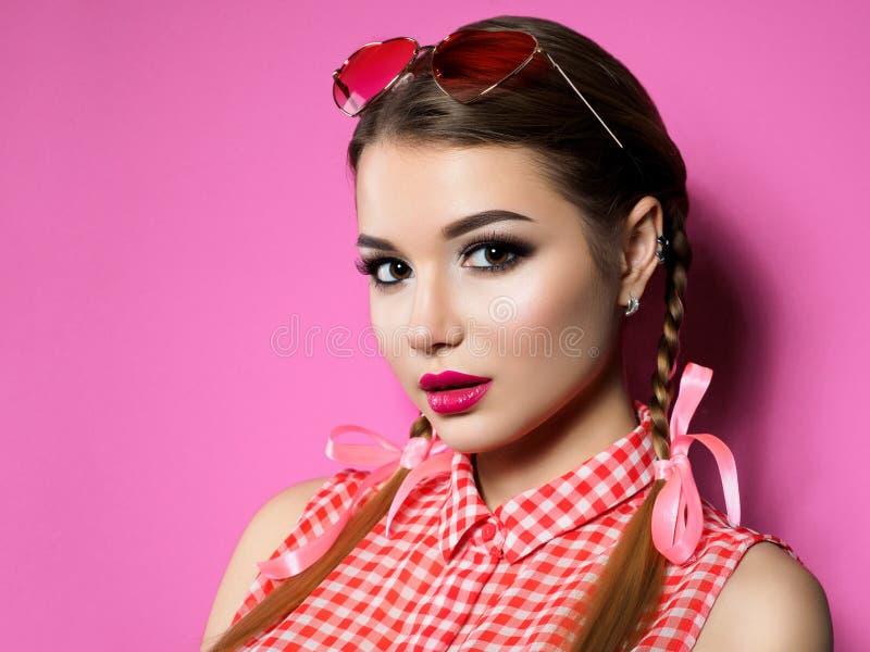 Jonge vrouw die hart gevormde glazen dragen stock foto
