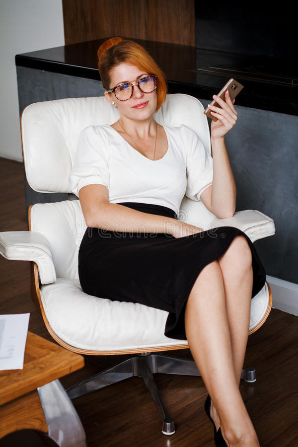 Jonge vrouw die in het bureau werkt royalty-vrije stock foto's
