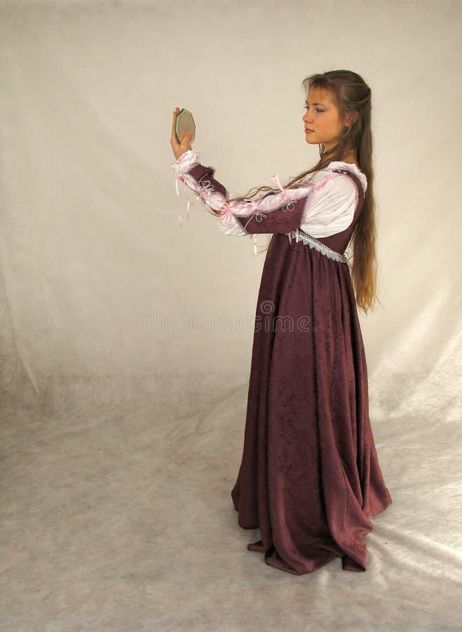 Jonge vrouw die het glas onderzoekt stock fotografie