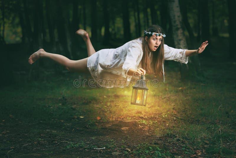 Jonge vrouw die in het hout vliegen royalty-vrije stock foto