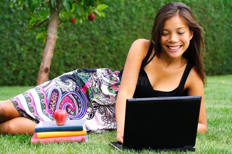 Jonge vrouw die in het park bestudeert royalty-vrije stock afbeelding