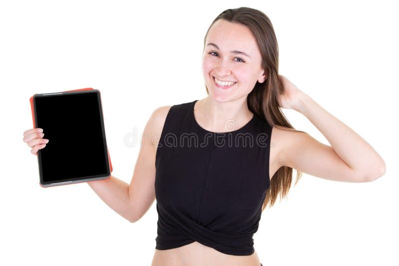 Jonge vrouw die het scherm van de tabletcomputer het lege zwarte glimlachen toont stock afbeelding