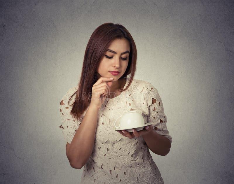 Jonge vrouw die het veronderstellen op koffiedik denken royalty-vrije stock afbeeldingen