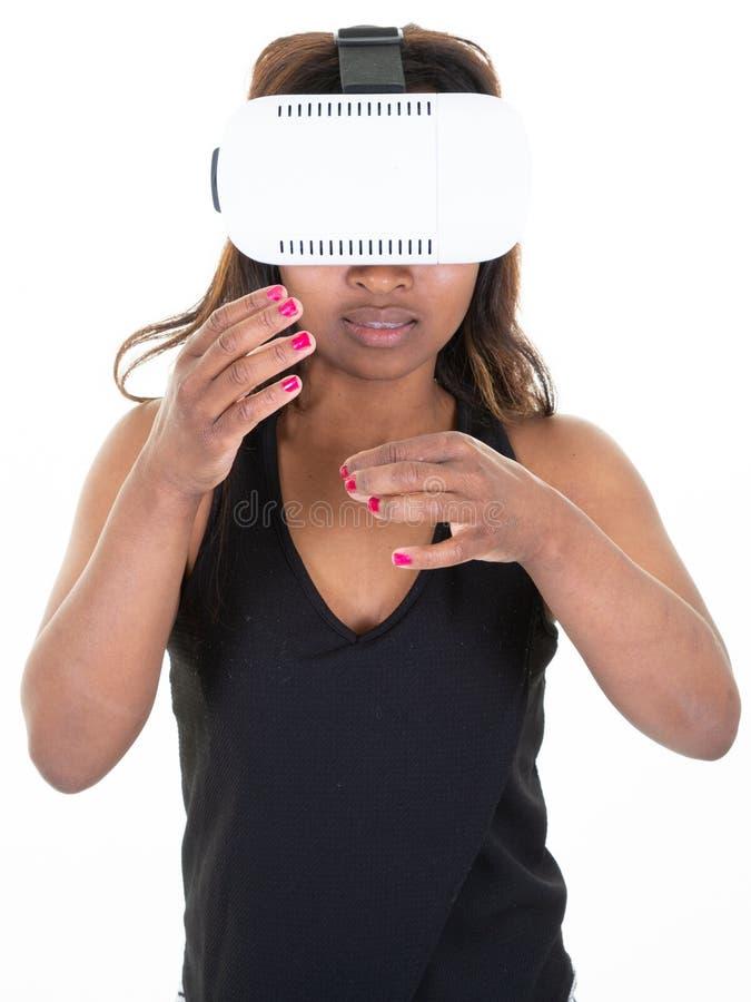 Jonge vrouw die het virtuele karton van het werkelijkheidsapparaat op witte achtergrond gebruiken royalty-vrije stock fotografie