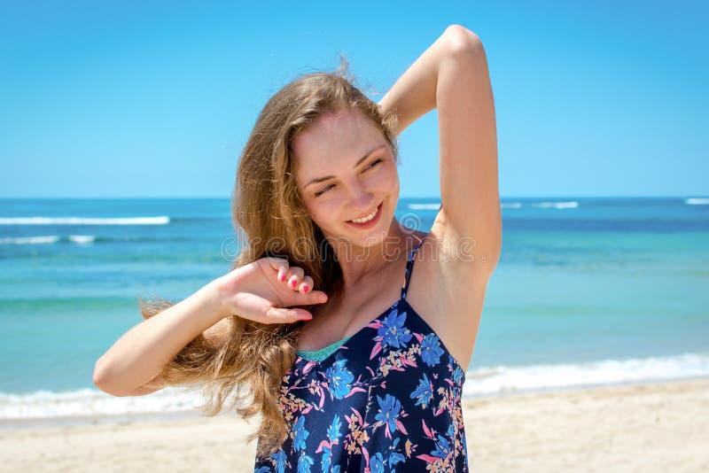 Jonge vrouw die het zonlicht enjoing stock foto