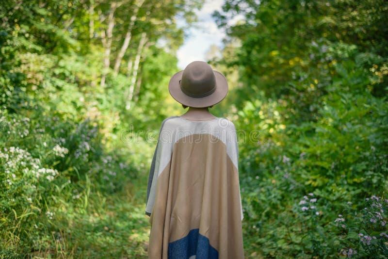 Jonge vrouw die in hoed dragen royalty-vrije stock foto