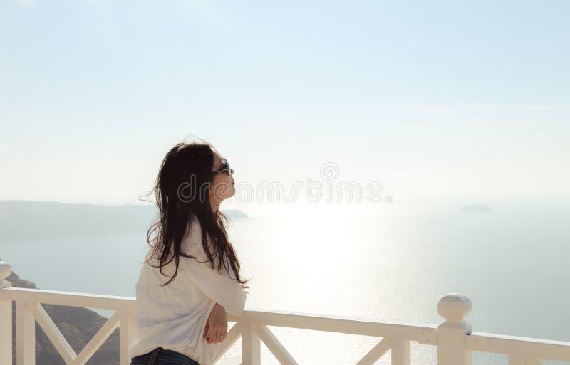 Jonge vrouw die horizon bekijken royalty-vrije stock foto
