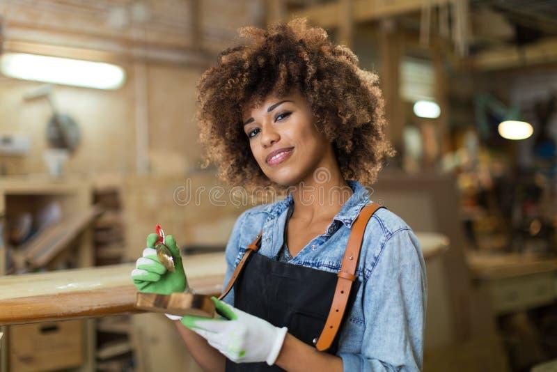 Jonge vrouw die houtbewerking in een workshop doen royalty-vrije stock afbeeldingen