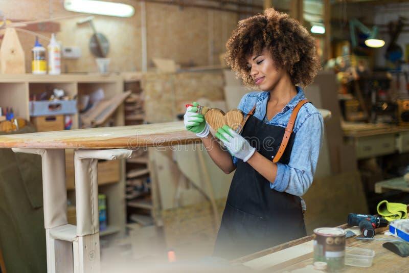 Jonge vrouw die houtbewerking in een workshop doen royalty-vrije stock foto