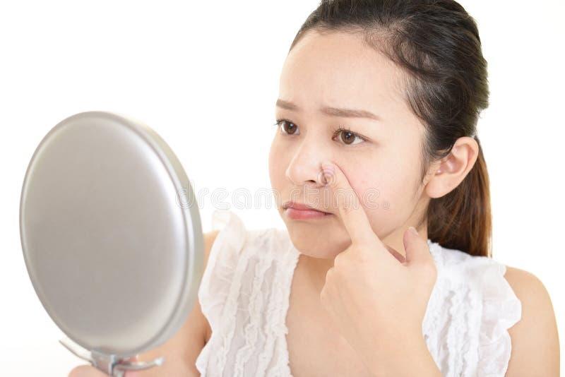 Jonge vrouw die huidproblemen hebben stock foto