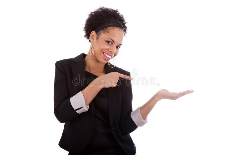 Jonge vrouw die iets voorstelt stock afbeeldingen