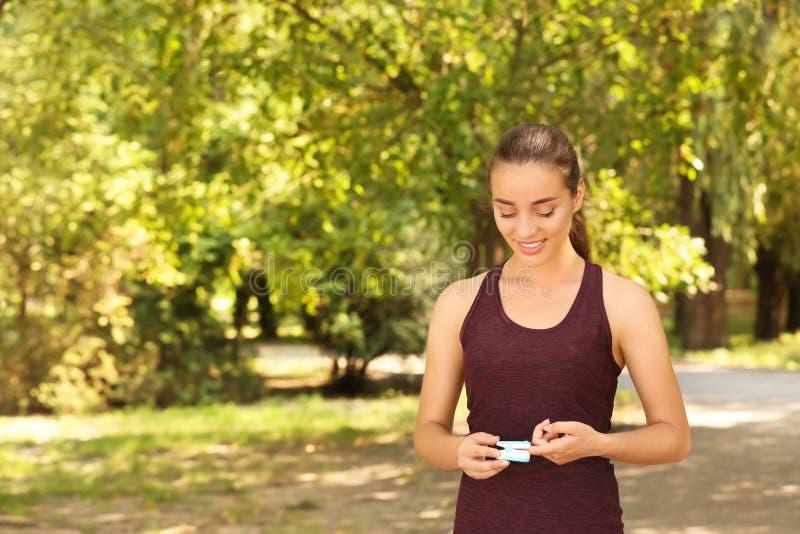 Jonge vrouw die impuls in openlucht controleren stock afbeelding