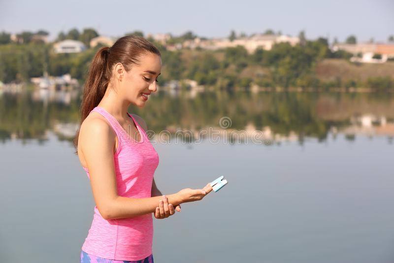 Jonge vrouw die impuls in openlucht controleren stock foto's