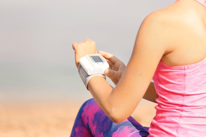 Jonge vrouw die impuls in openlucht controleren royalty-vrije stock foto