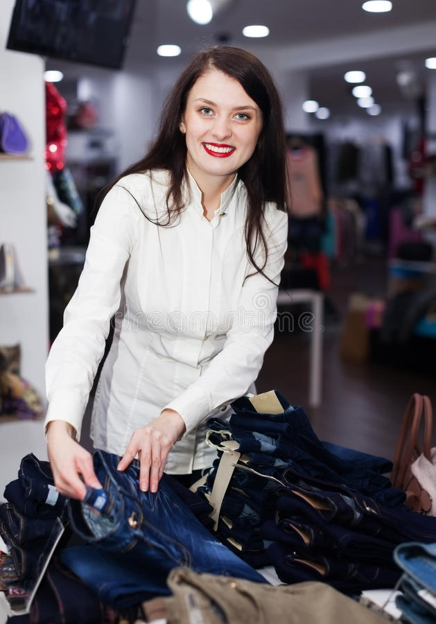Download Jonge Vrouw Die Jeans Kiezen Bij Opslag Stock Foto - Afbeelding bestaande uit modieus, jeans: 39118730