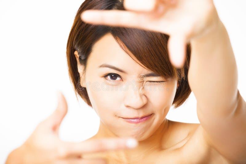 Jonge Vrouw die kadervinger tonen royalty-vrije stock afbeeldingen