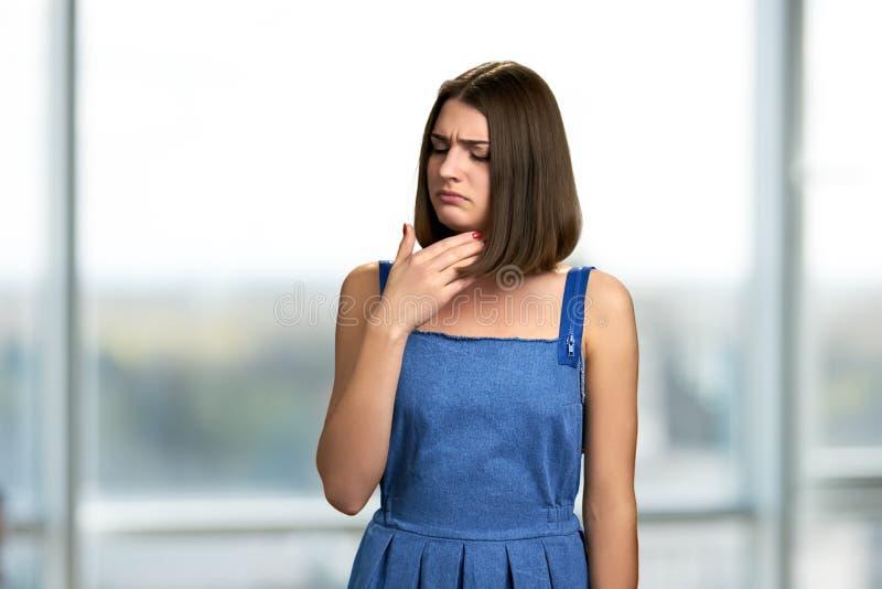 Jonge vrouw die keelpijn hebben royalty-vrije stock foto's