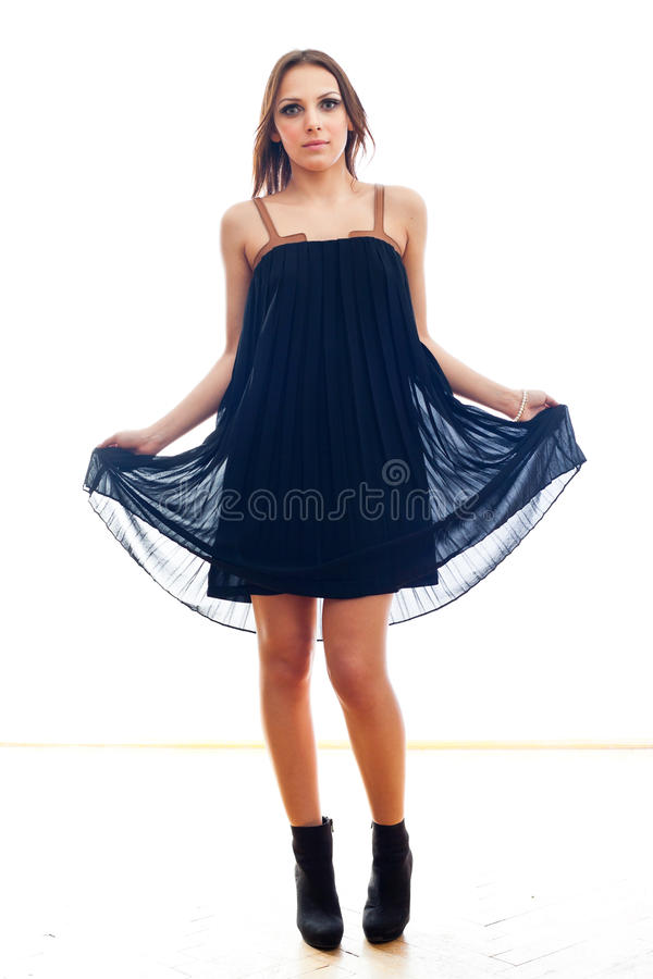 Jonge vrouw die kleding draagt stock foto's
