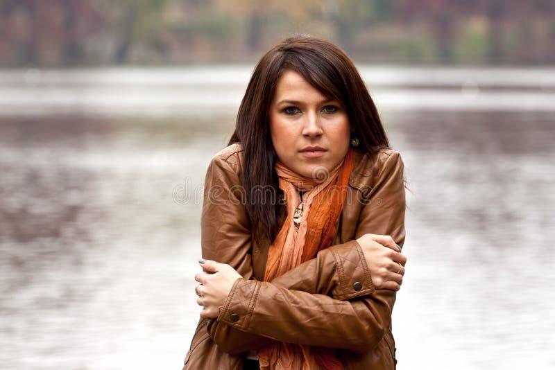Jonge vrouw die koud voelt stock afbeelding