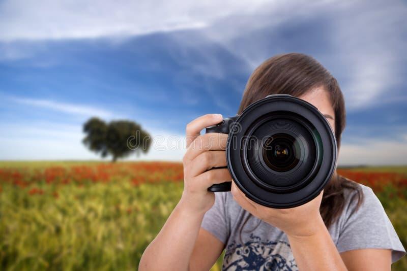 Jonge vrouw die landschappen fotografeert stock fotografie