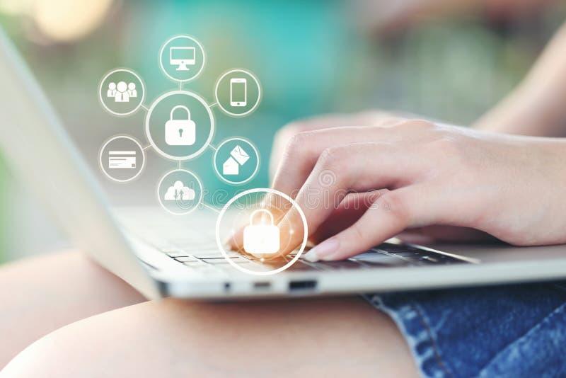 Jonge vrouw die laptop computer met hologram in koffiewinkel met behulp van, GDPR Cyberveiligheid en privacyconcept royalty-vrije stock foto's