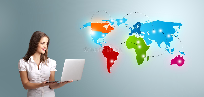 Jonge vrouw die laptop houden en kleurrijke wereldkaart voorstellen royalty-vrije stock afbeeldingen
