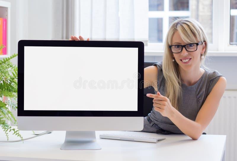 Jonge vrouw die lege presentatie op het computerscherm tonen royalty-vrije stock afbeeldingen