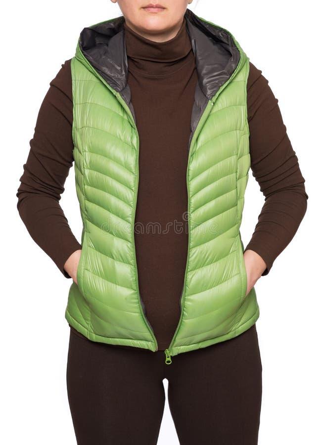 Jonge vrouw die lichtgroen packable benedenkogelvisvest dragen met een kap stock afbeeldingen