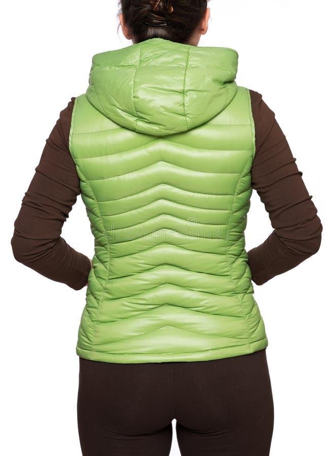 Jonge vrouw die lichtgroen packable benedenkogelvisvest dragen met een kap royalty-vrije stock afbeelding