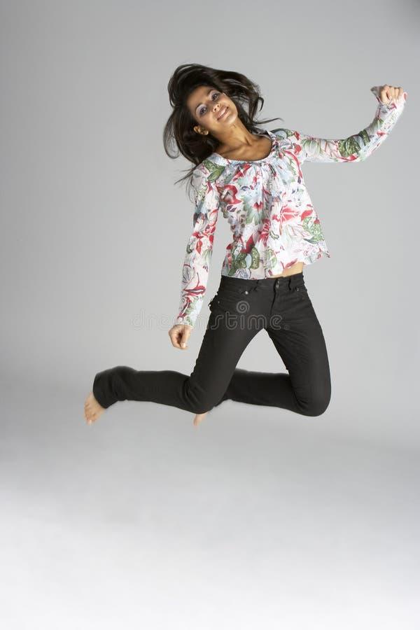 Jonge Vrouw die in Lucht springt royalty-vrije stock fotografie