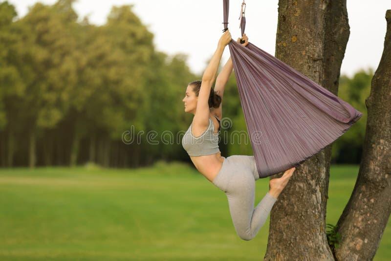 Download Jonge Vrouw Die Luchtyoga Op Boom Uitoefenen Stock Afbeelding - Afbeelding bestaande uit slinger, gezond: 107703455